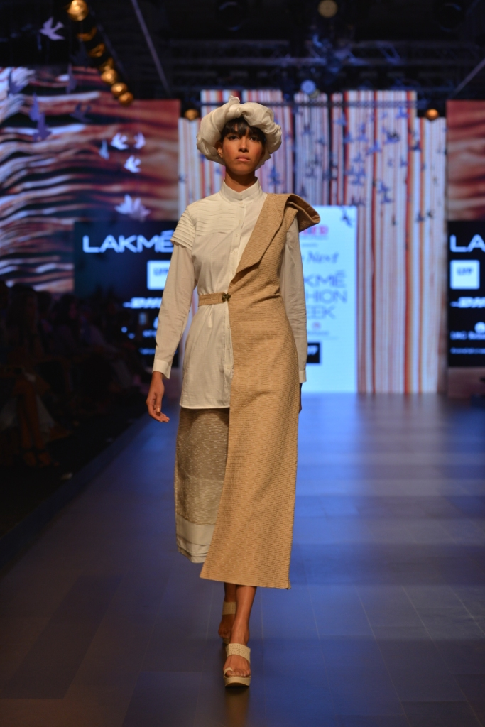 Models in 'Aqdus' at LFW SR 16 (2)