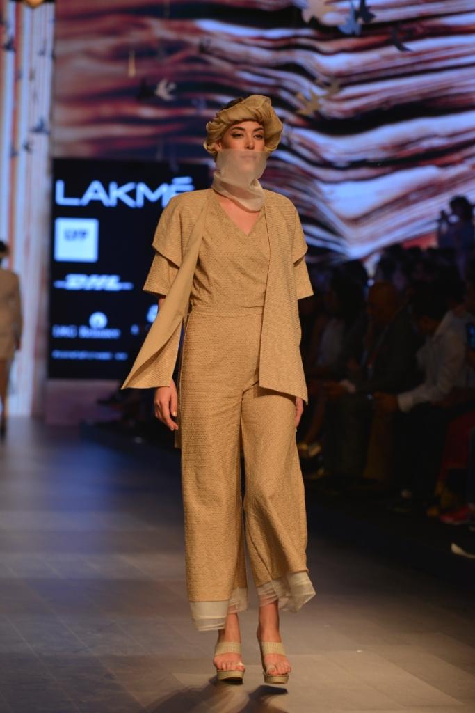 Models in 'Aqdus' at LFW SR 16 (5)