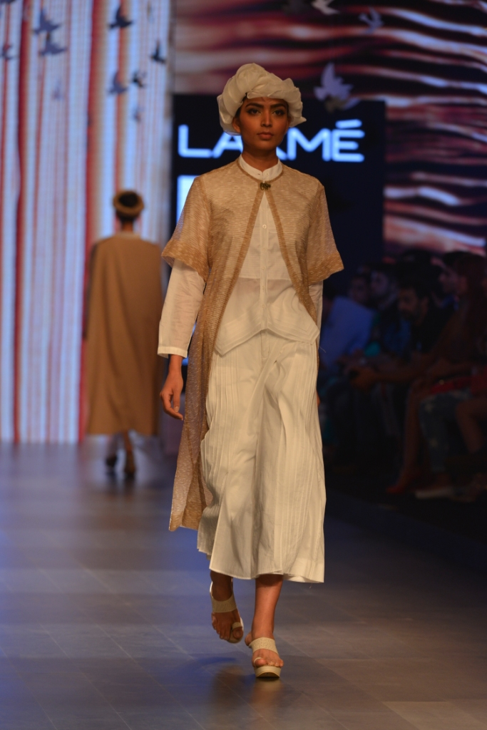 Models in 'Aqdus' at LFW SR 16 (7)