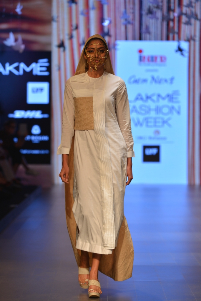 Models in 'Aqdus' at LFW SR 16 (8)